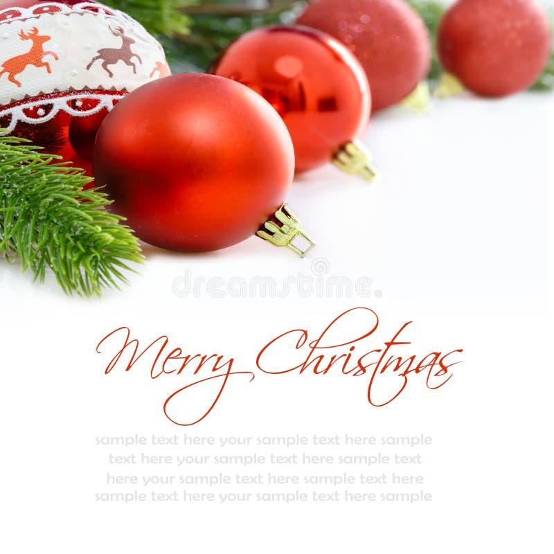在白色背景的红色圣诞节装饰品 圣诞快乐看板卡 文本的空间 免版税图库摄影