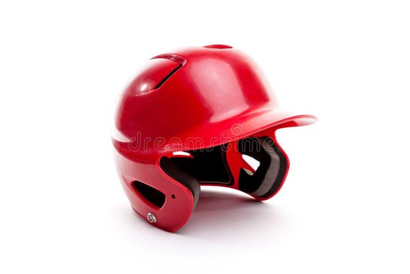 在白色背景的红色棒球或垒球打球头盔 库存照片