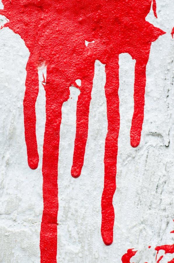 在白色背景的红色油漆滴水 库存照片