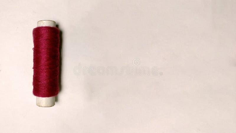 在白色背景的红色螺纹卷 免版税库存图片