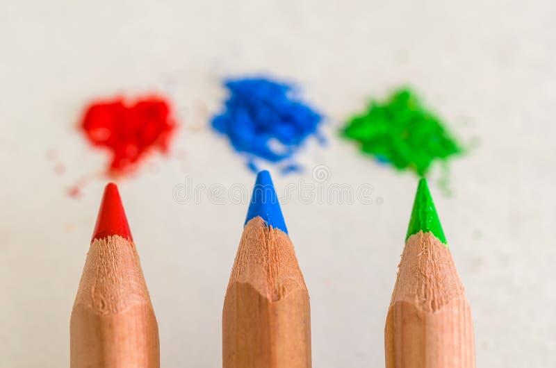 在白色背景的红色,蓝色和绿色色的铅笔 免版税库存图片