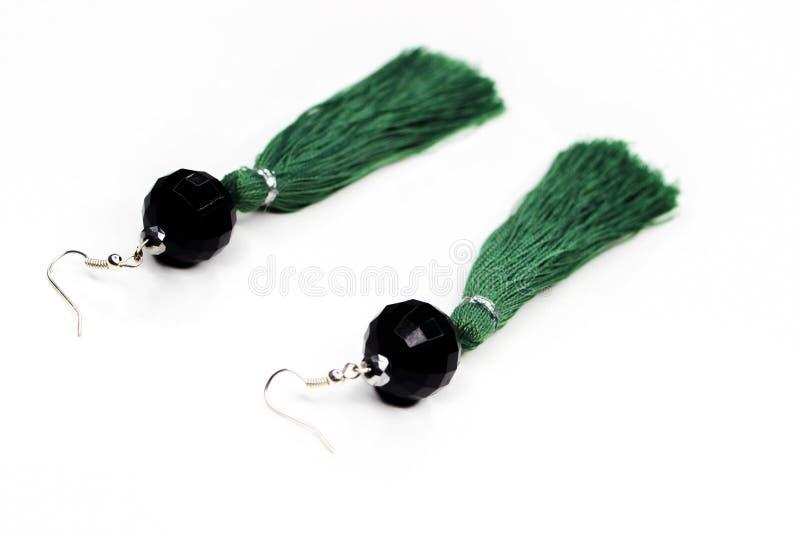 在白色背景的绿色耳环 免版税图库摄影