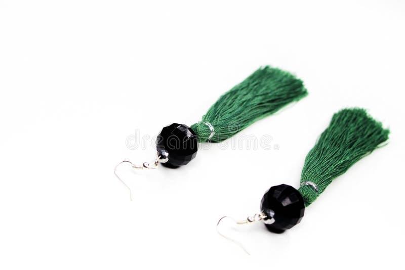 在白色背景的绿色耳环 免版税库存照片