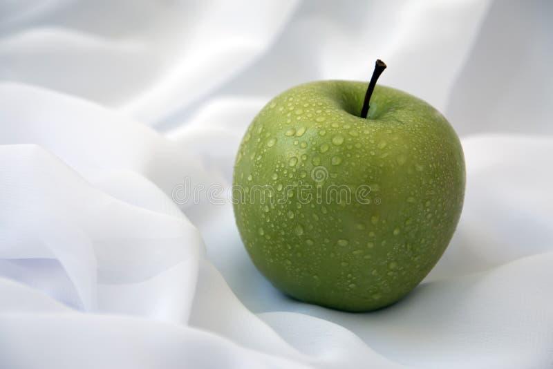 在白色背景的绿色苹果,与水滴 库存照片