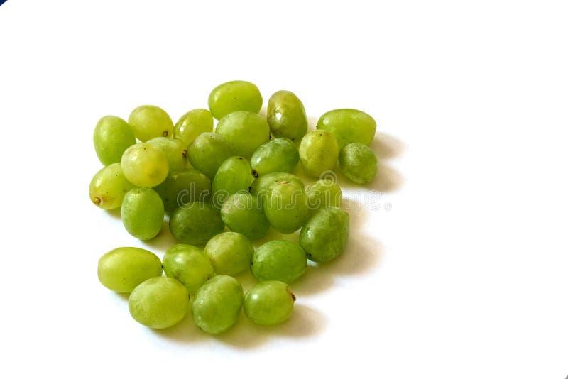 在白色背景的绿色葡萄 图库摄影