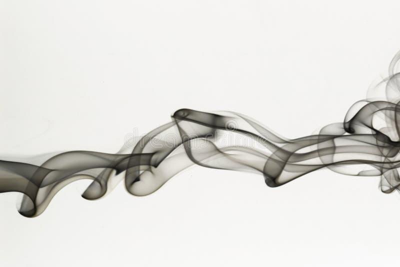 在白色背景的美丽的流动的烟 库存图片