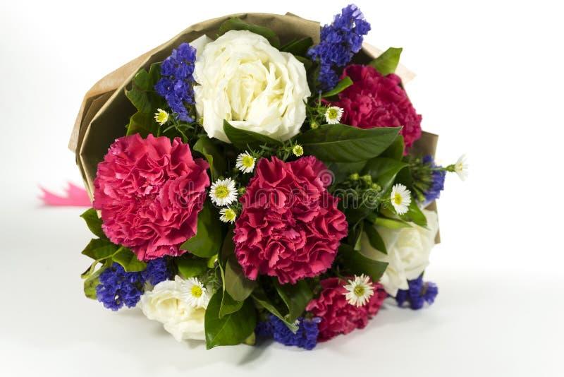 在白色背景的美丽的花束 免版税库存图片