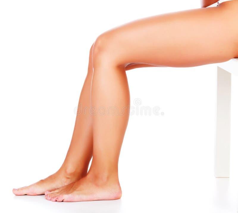 在白色背景的美好的妇女腿 免版税库存图片