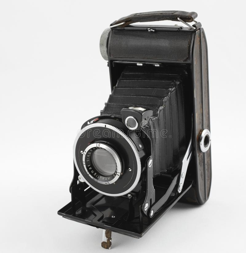 在白色背景的老中等格式照片照相机 正面图 库存图片