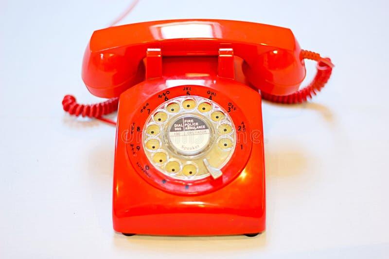 在白色背景的老时尚轮循拨号电话 免版税库存照片
