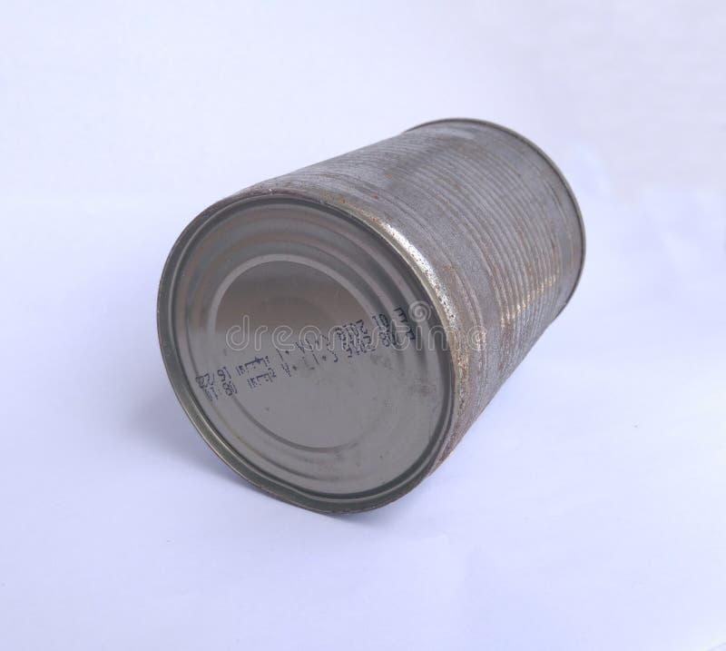 在白色背景的老生锈的锡罐 免版税图库摄影
