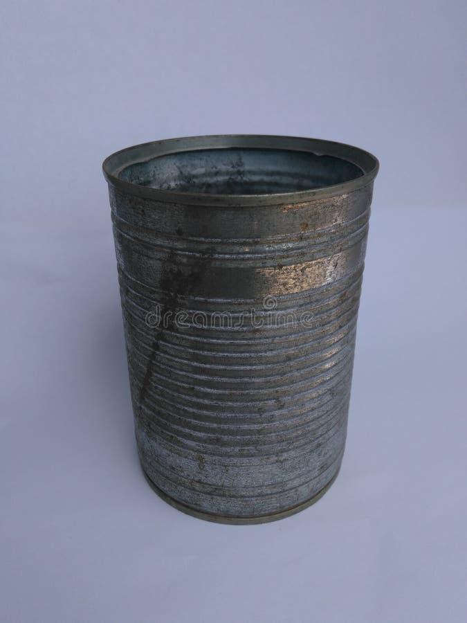 在白色背景的老生锈的锡罐 库存图片