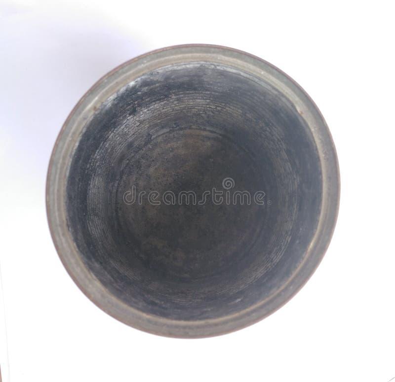 在白色背景的老生锈的锡罐 免版税库存照片