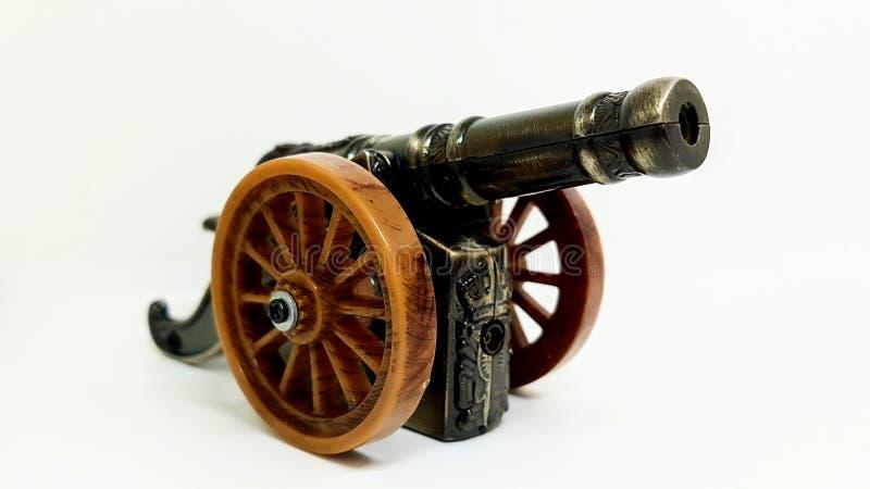 在白色背景的老葡萄酒大炮玩具 库存图片