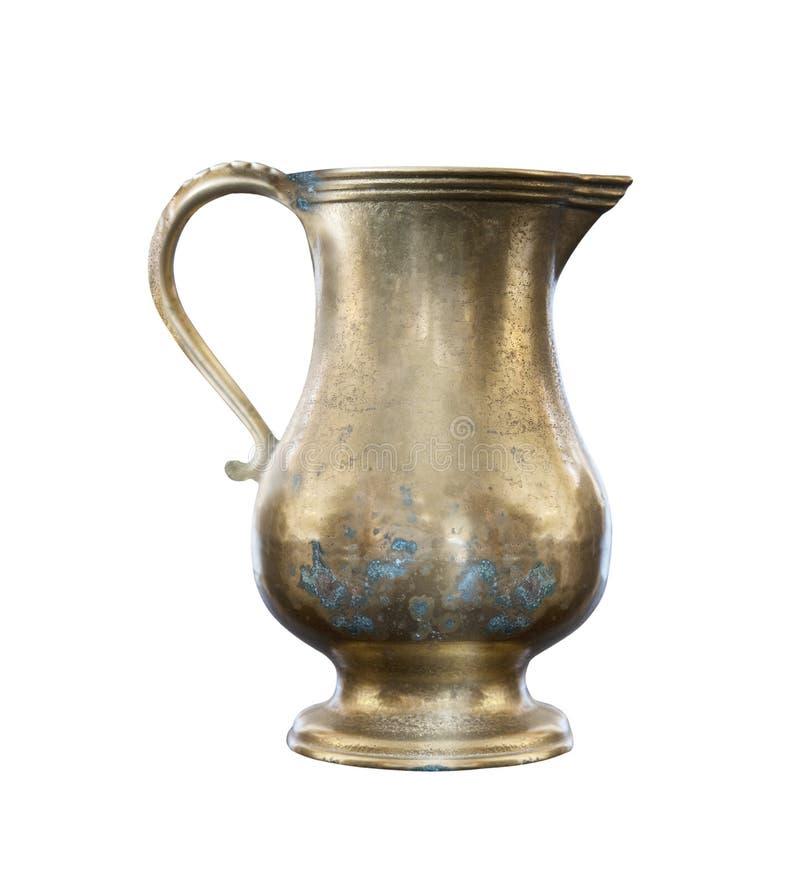 在白色背景的老葡萄酒铜水罐,被隔绝 库存照片