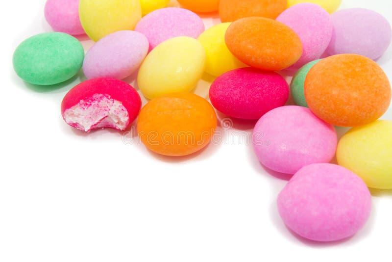 在白色背景的耐嚼的糖果。 免版税库存照片