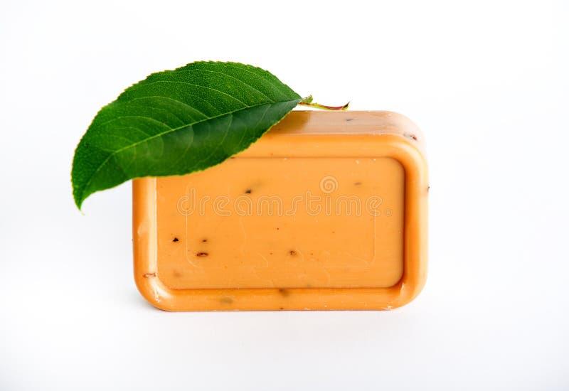 在白色背景的自然海湾肥皂 免版税库存图片