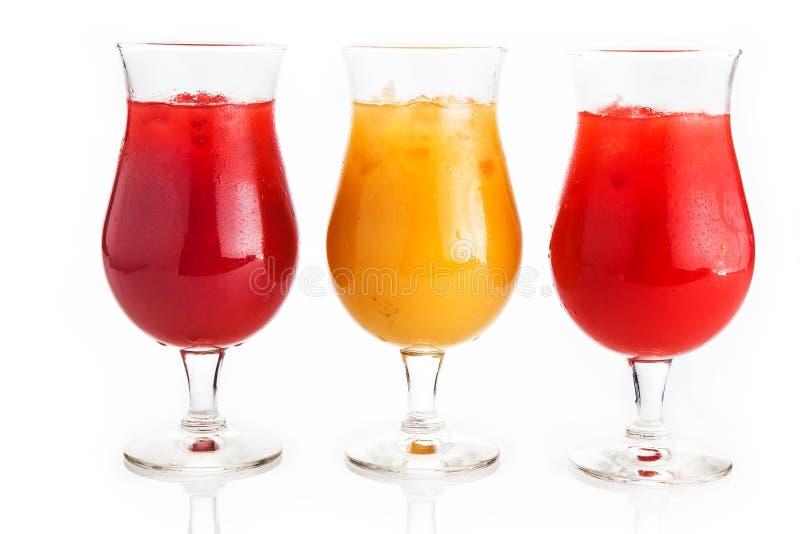 在白色背景的色的结冰的饮料 免版税库存图片