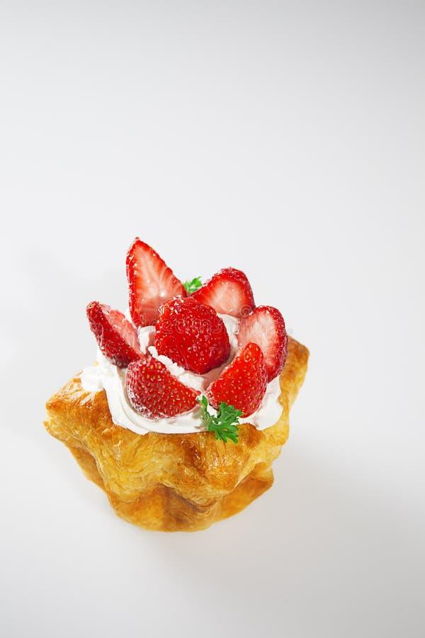 在白色背景的草莓蛋糕与垂直的射击 库存照片