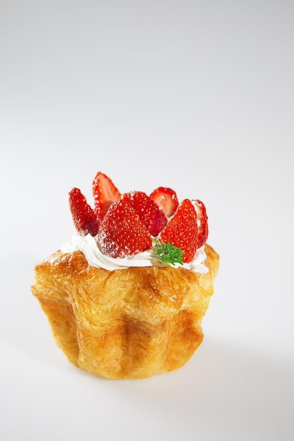 在白色背景的草莓蛋糕与垂直的射击 库存图片