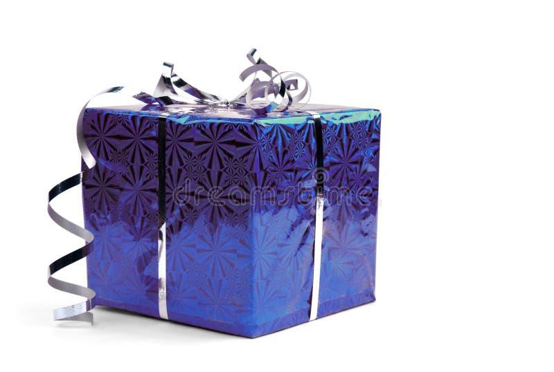 在白色背景的蓝色圣诞节礼物盒 免版税库存图片