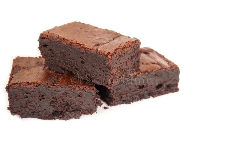 在白色背景的被切的自创果仁巧克力塔 甜点和mo 库存图片