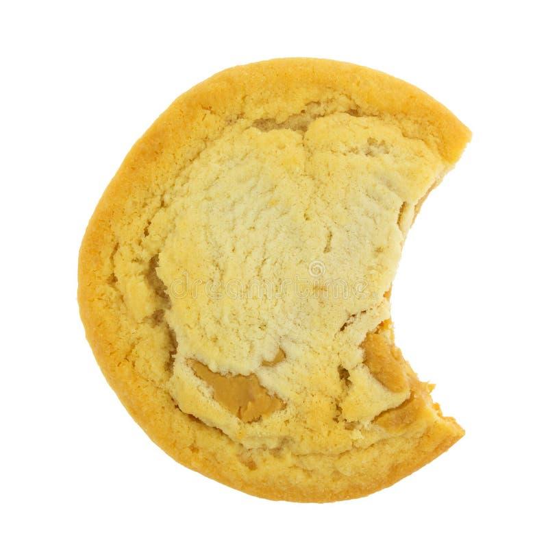 在白色背景的被咬住的大块的花生酱曲奇饼 图库摄影