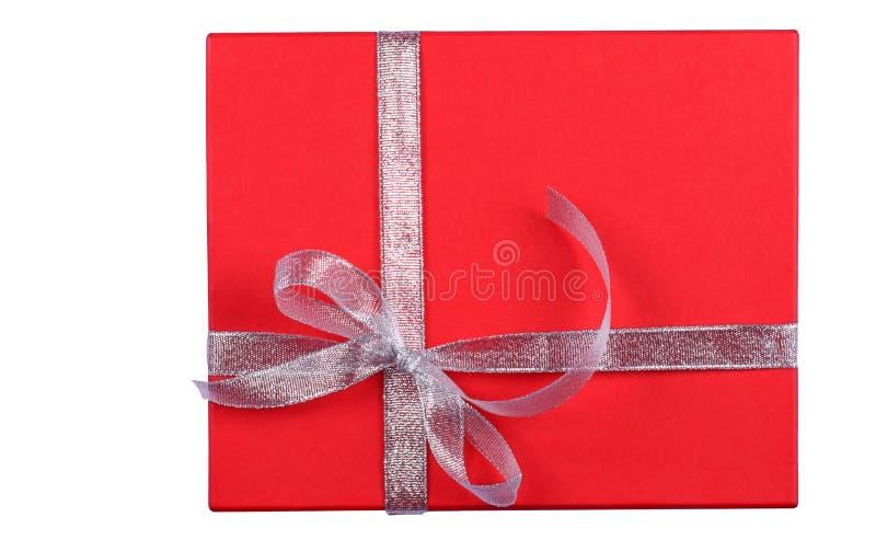 在白色背景的被隔绝的红色礼物盒 免版税库存图片
