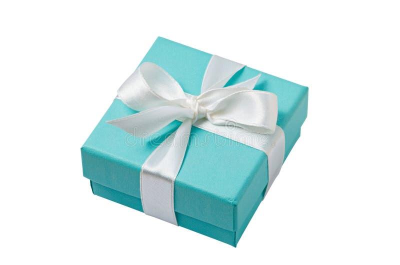 在白色背景的被隔绝的绿松石礼物盒与道路 免版税库存照片