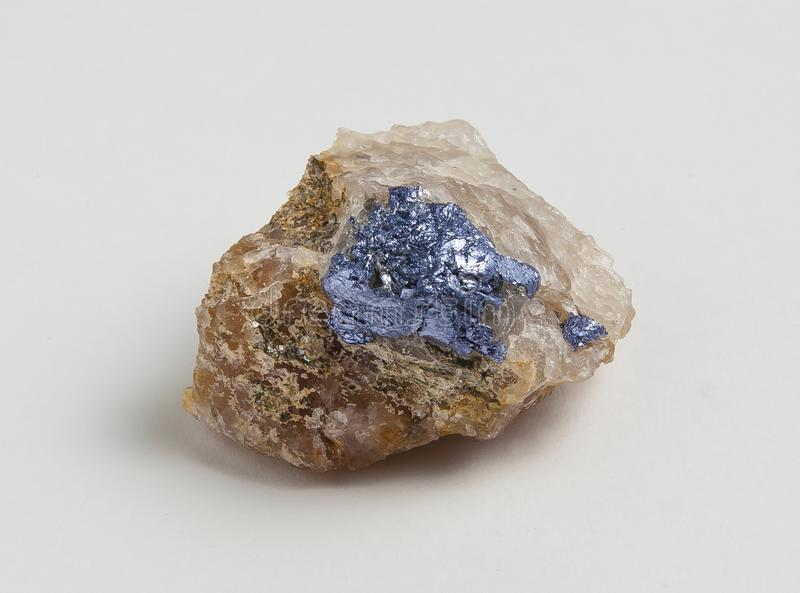 在白色背景的辉钼矿矿石 免版税库存图片