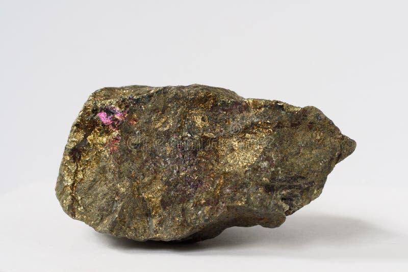 在白色背景的辉铜矿矿物 库存图片