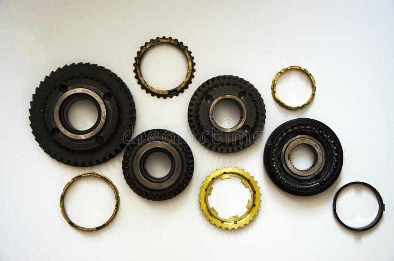 在白色背景的连结的金属齿轮群 库存图片