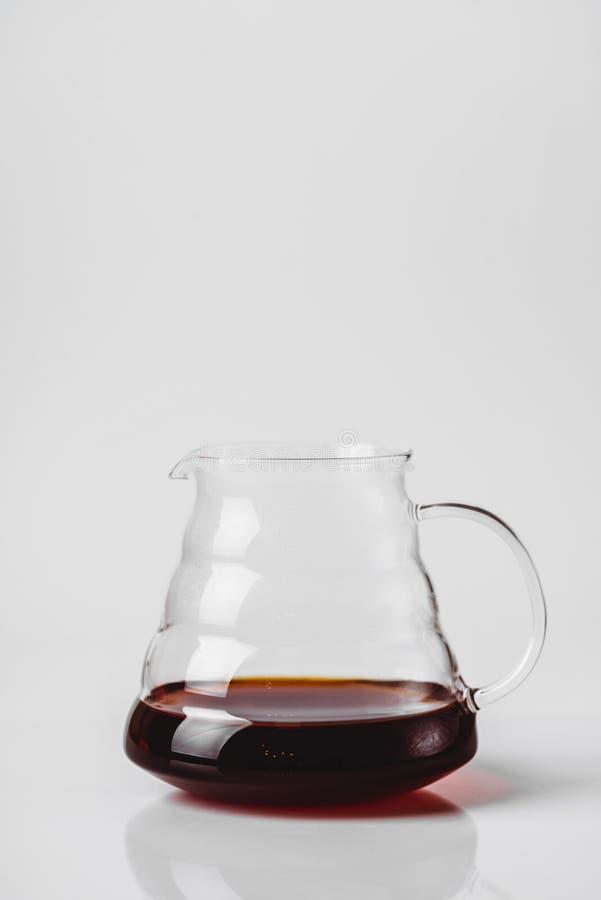 在白色背景的透明玻璃茶壶 库存图片
