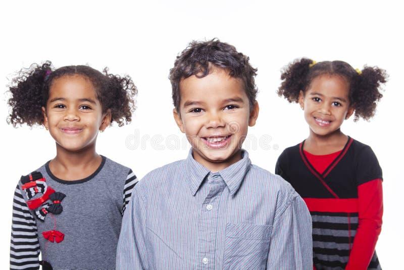 在白色背景的逗人喜爱的非裔美国人的childs兄弟和姐妹 免版税库存照片