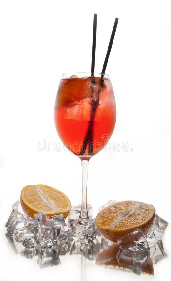 在白色背景的酒精鸡尾酒用新鲜的夏天果子和冰块 图库摄影