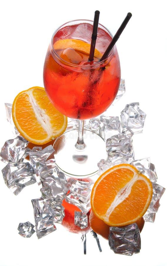 在白色背景的酒精鸡尾酒用新鲜的夏天果子和冰块 库存照片