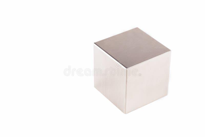 在白色背景的金属灰色立方体 库存图片
