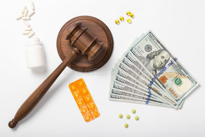 在白色背景的金钱与法官锤子和片剂 免版税库存图片
