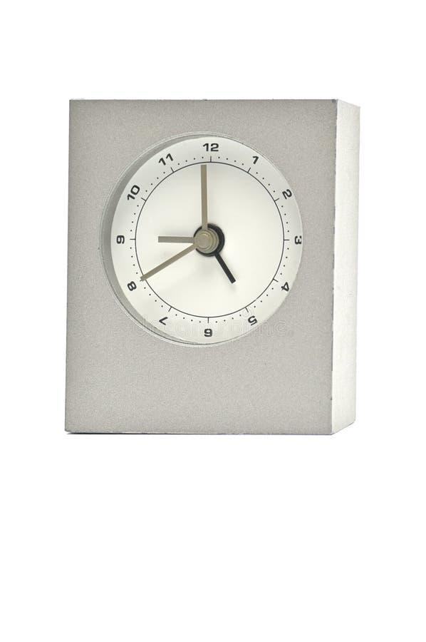 在白色背景的银色金属时钟 ?? 免版税库存图片