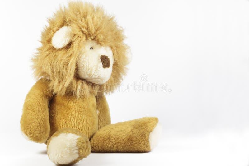 在白色背景的长毛绒狮子 免版税图库摄影