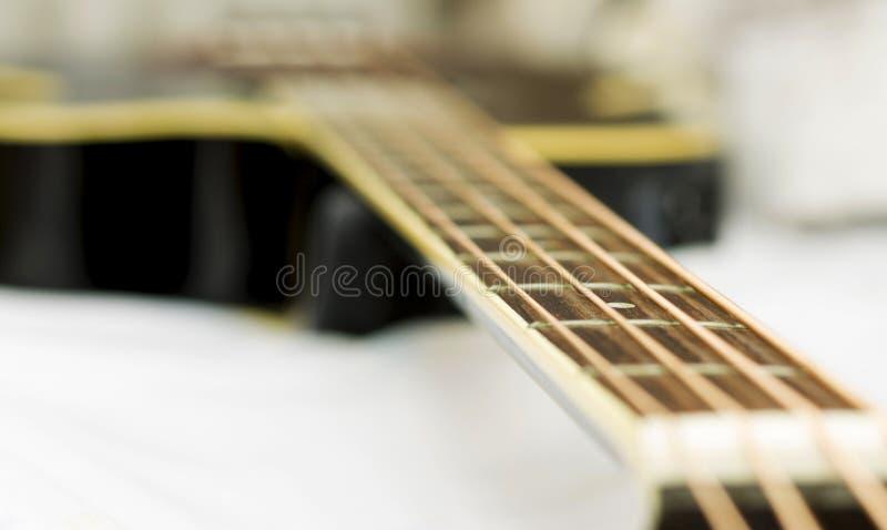 在白色背景的音响低音吉他 库存图片
