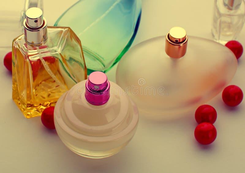 在白色背景的香水瓶特写镜头 免版税库存照片
