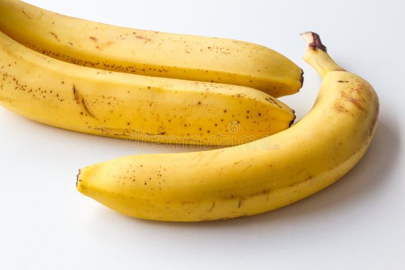 在白色背景的黄色成熟香蕉 免版税库存照片