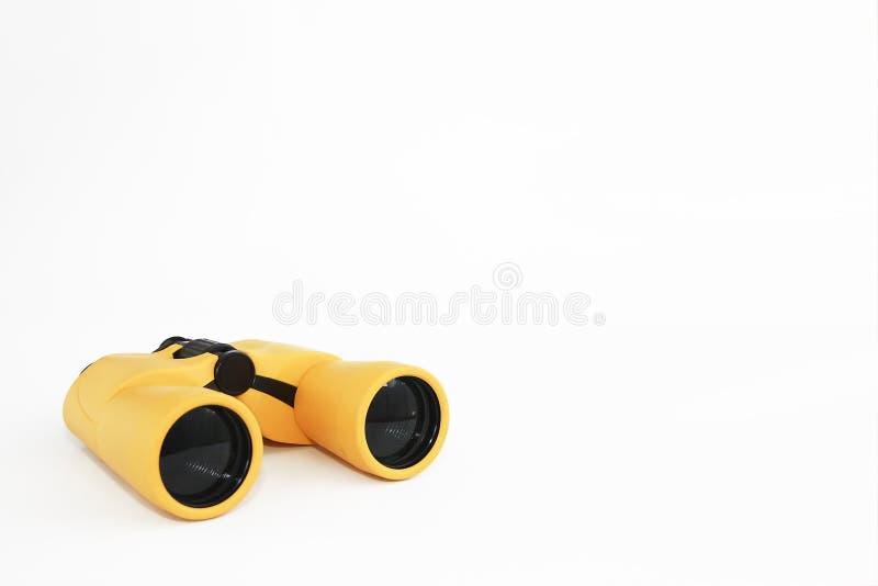 在白色背景的黄色海洋光学塑料双筒望远镜 免版税库存照片