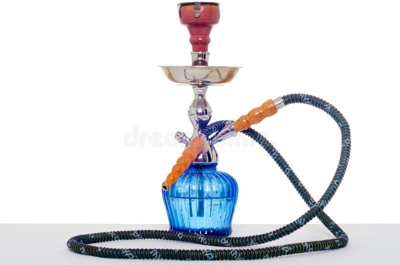 在白色背景的水烟筒 在桌上的抽烟的设备在光int 免版税库存图片