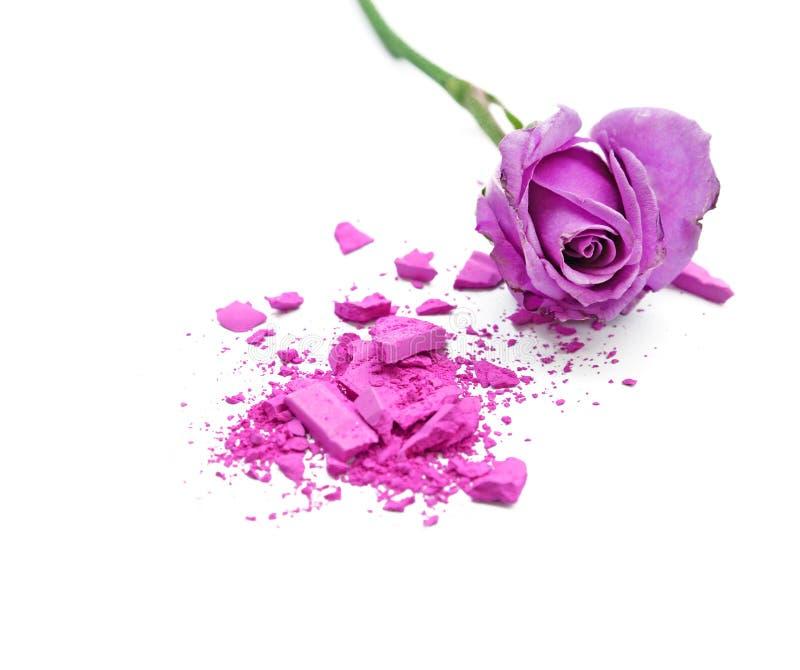 在白色背景的紫罗兰玫瑰色和化妆粉末 免版税库存图片