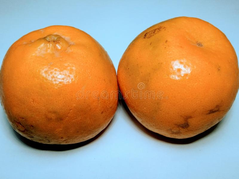 在白色背景的Yallow新鲜的桔子的 免版税库存图片