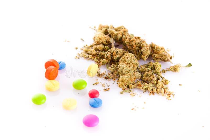 在白色背景药物和药片隔绝的大麻 库存图片