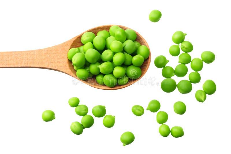 在白色背景隔绝的一把木匙子的新鲜的绿豆 r 库存图片