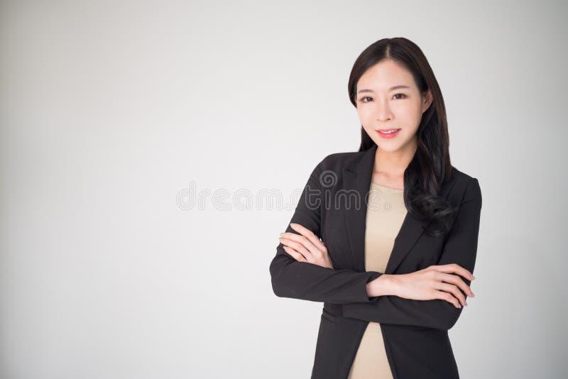 在白色背景隔绝的亚洲女商人愉快微笑 免版税图库摄影